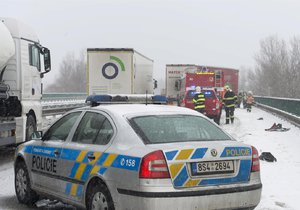 Sníh komplikuje i ve čtvrtek řidičům cestu v mnoha krajích (ilustrační foto).
