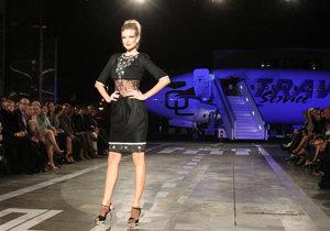 Modelky se v Praze prošly už na řadě netradičních míst. Třeba v kolejišti hlavního nádraží nebo na letišti.
