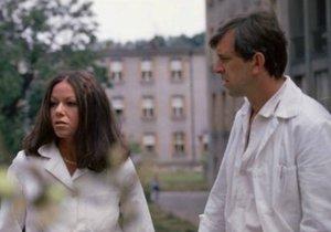 Hudečková coby doktorka Eva v Sanitce. Na snímku s Jaromírem Hanzlíkem. Seriál byl tak úspěšný, že se natočilo pokračování.