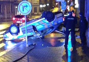 V Brně se ocitlo policejní auto na střeše.