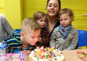 Trojčátka dostala k 2. narozeninám nevídaný dárek: Tátu mají díky testu DNA