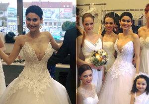 Korzet svatebních šatů byl pro silikonovou Erbovou moc těsný.