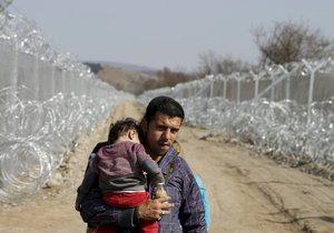 Uprchlíci na řecko-makedonské hranici: Afghánský uprchlík s dítětem