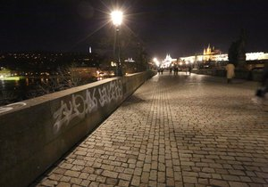 Vandal posprejoval Karlův most.