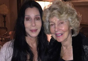 Cher (70) se na Twitteru pochlubila o 20 let starší maminkou.