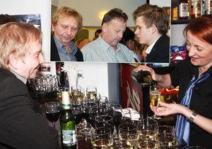 Miroslav Vladyka se synem na baru, flirtoval s barmankou.