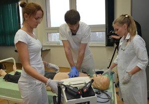 Medici v Plzni se hlásí jako dobrovolníci do nemocnic: Mohou doprovázet pacienty nebo hlídat