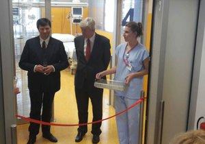 Herec Jan Hrušínský otevírá nové oddělení JIP Thomayerovy nemocnice.
