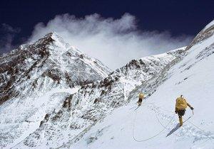 Dva slovenské horolezce zastihla při výstupu na nejvyšší horu světa Mount Everest lavina a uvěznila je ve výšce 7200 metrů nad mořem.