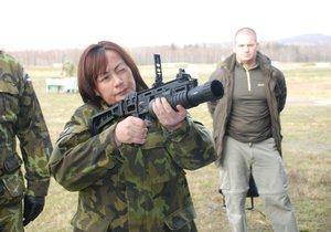 První dáma Ivana Zemanová během návštěvy tankového praporu v Přáslavicích. Teď povede kampaň svého muže.