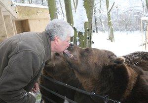 Sbohem, večerníčkový hrdino! Beroun se rozloučí s uhynulým medvědem Vojtou