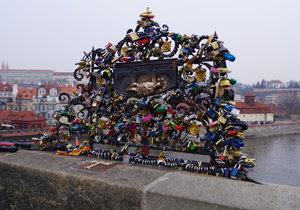 Zámky zamilovaných se objevují na Karlově mostě i u Čertovky. Pravidelně je odstraňují.