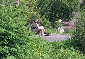Bezdomovec si v Rybářské ulici užíval sluníčka bez kalhot.