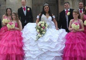 Bizarní svatba: Nevěsta vypadala jako obří sněhová pusinka!