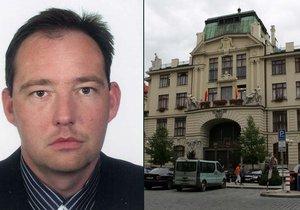 Bývalý ředitel Útvaru rozvoje Prahy Bořek Votava zadával zakázky svým firmám.