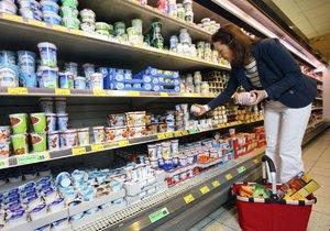 Nejen do nákupního košíku, ale i do své kabelky dávala v supermarketu věci zlodějka (35) v Brně. Ilustrační foto.