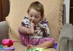 Lilianka si umí podat nožičkou i bonbón.