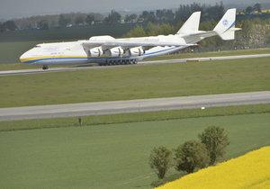 Na letišti v Praze přistálo největší letadlo světa, Antonov An-225 zvaný Mirja (v překladu sen).