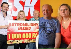 Výherci se šéfredaktorem Blesku Radkem Lainem a symbolickým šekem na milion.