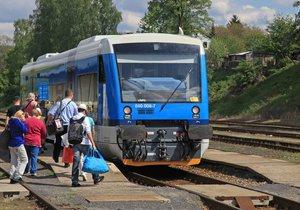 Vlak ve Velimi těžce zranil dívku: Přecházela přes koleje v zakázaném místě