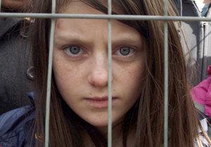 Citové vydírání? Britská holčička jako uprchlice v klipu charity.