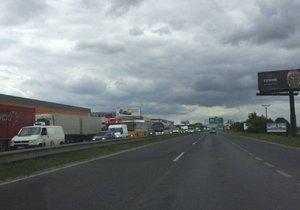 Dálnici D10 ve směru na Prahu uzavřel požár vozu (ilustrační foto).