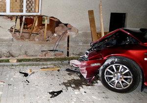 Alkohol za volantem se nevyplácí: Opilec (22) autem vjel až do obýváku rodinného domu