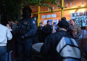 Policisté předali Kliniku majiteli.