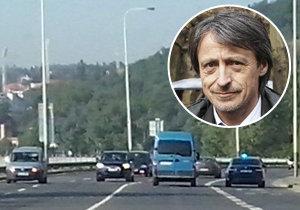 Ministr obrany Martin Stropnický jako by zapomněl, že už nejezdí k případům v Kriminálce Anděl. Když pospíchá vládnout, jeho šofér se chová, jako by honil vraha!
