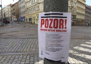 V ulici, kde tramvaják pomohl stařence přejít, vypnula Praha 7 zkušebně semafory.