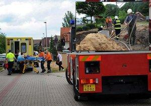 Muže hasiči tahali ze studny.