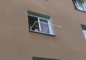 Batole sedělo v Litvínově na okně v druhém patře: Jeho matka zatím v klidu spala.