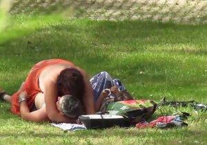 Pár středního věku si to rozdával v portugalském parku. Přímo vedle dcery.