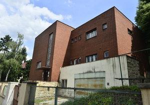 Praha 6 povolila demolici vily na Petřinách. Místní vilu chtějí zachránit.