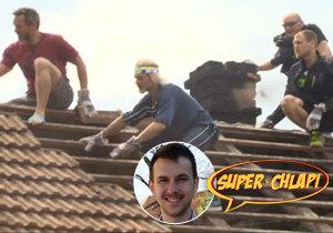 Superchlapi makali na střeše svého spolubojovníka!