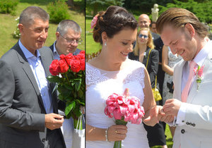 Svatbu Jaroslavy Jermanové si nenechal ujít ani šéf ANO Andrej Babiš. Dorazil s pugetem rudých růží.