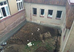 Na dvorku školy našli lidské ostatky. Muž zemřel před více než 20 lety