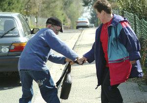 Děti se stařence pokoušely ukrást kabelku a přetahovaly se o ní. (Ilustrační foto)