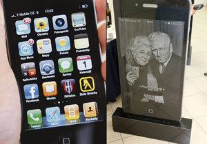 Rusové si nechávají zhotovit náhrobky ve tvaru iPhonů.