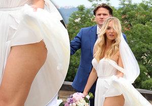 Nevěsta Taťána Kuchařová ukázala při focení svůj pěkně tvarovaný zadeček.