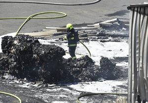 V Otrokovicích hořel průmyslový areál: Valil se hustý dým a ozývaly se výbuchy
