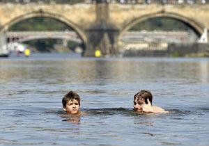 Koupání ve Vltavě v Praze - tam je to pohoda, jen když jsou vedra.