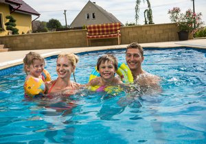 V Praze si můžete nechat napustit bazén i čistou vodou z cisterny. (ilustrační foto)