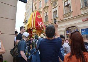 Pochod Hare Krišna zaplavil ulice Prahy. Tance a veselí pokračovalo na náměstí Republiky až do osmé hodiny večerní.