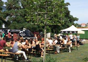 Street Food Jam: Lidé v Praze o víkendu ochutnávají světové speciality.