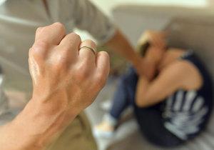 Otec se zpovídá u soudu z týrání svých dvou malých dětí. Ilustrační foto