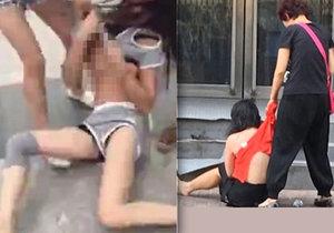 Číňanky mlátí milenky svých mužů na ulici.