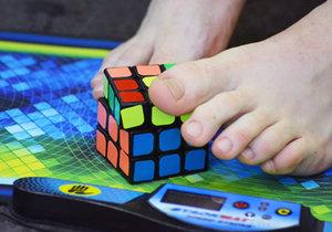 Dalibor se skládáním Rubikovy kostky nohama začal teprve před rokem.