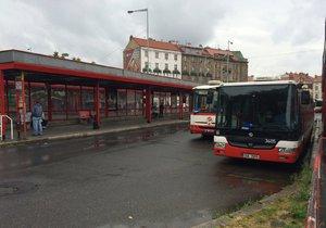 Práce na železnici. Kvůli opravám tratě ze Smíchova do Berouna se musí pasažéři kodrcat autobusem