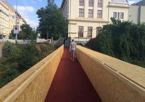 Dejvice a Letnou v Korunovační ulici propojil červený koberec.